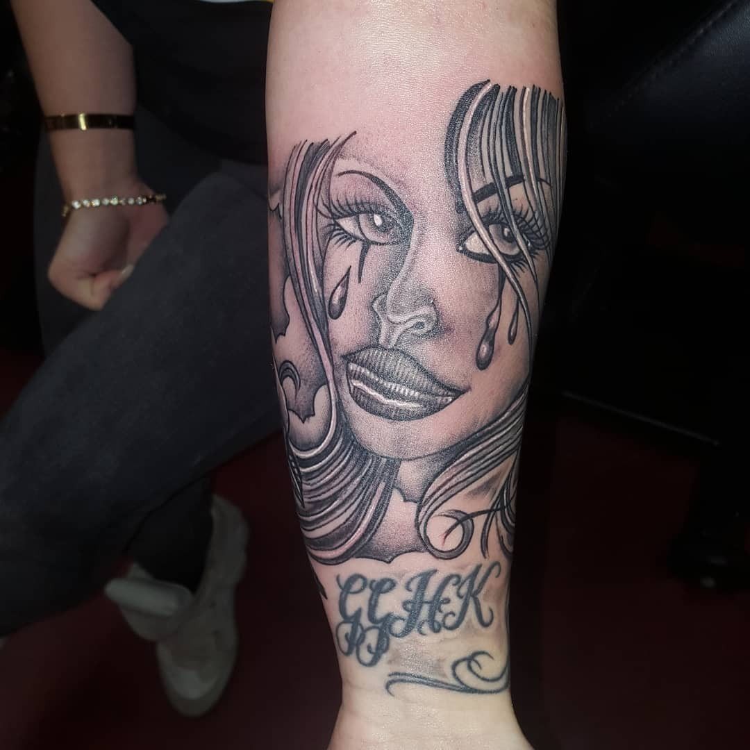 Sleeve start up.female soldier. Roses on the other side ??